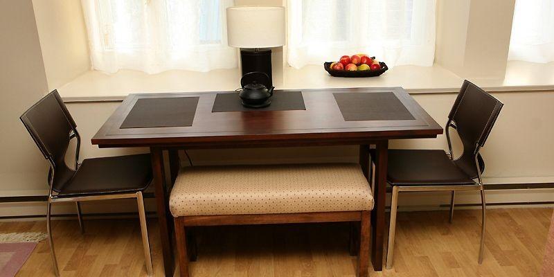 La table de cuisine est placée devant trois... (Photo Raynald Lavoie, Le Soleil)