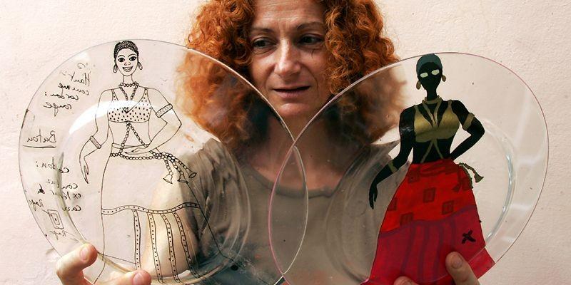 Véronique Janvier montre deux assiettes en verre à... (Photo AFP)