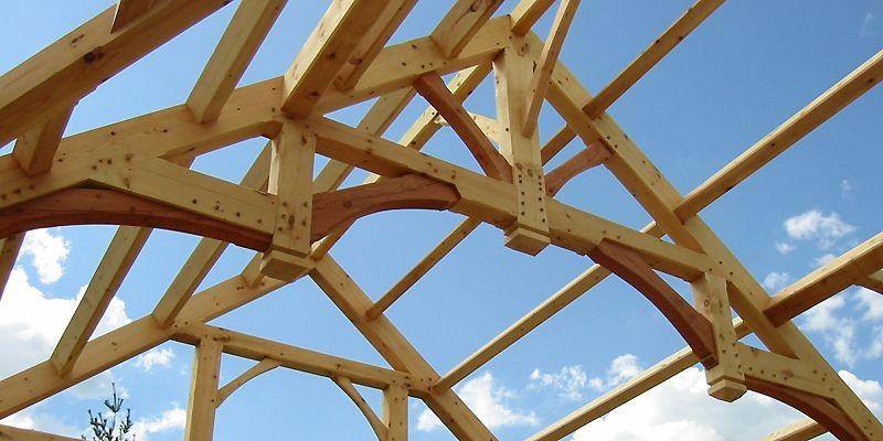 Les poteaux et les poutres de bois massif... (Photo fournie par Charpenterie Heirloom)