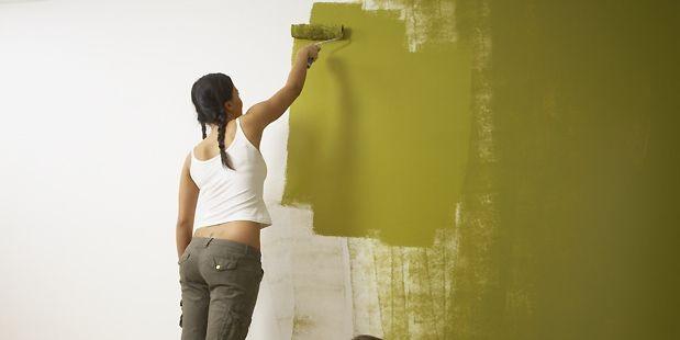 Appliquez le rouleau chargé de peinture sur la...