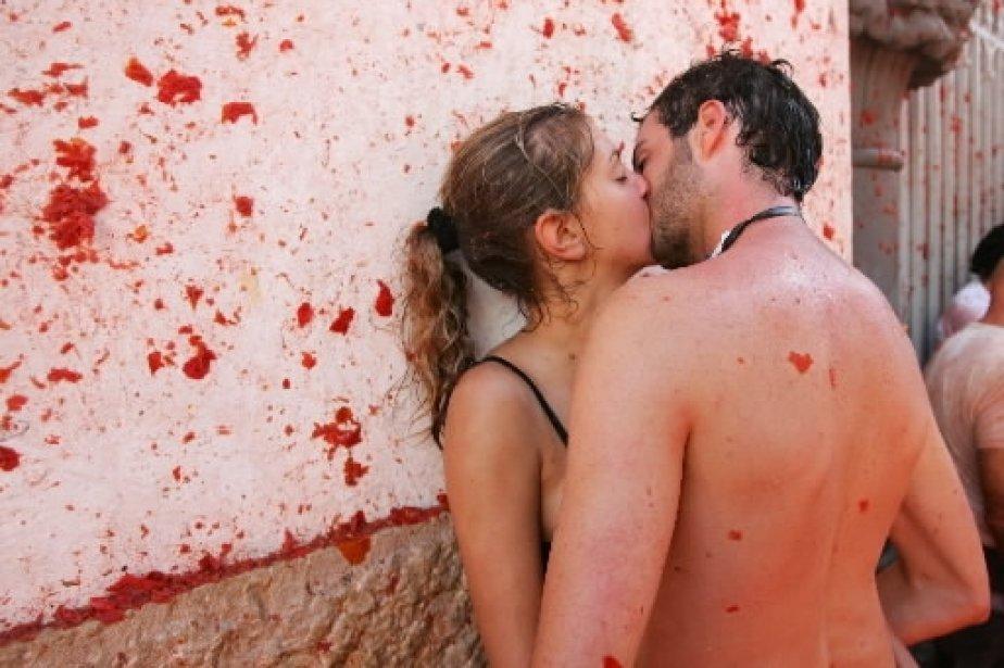 Un couple s\'embrasse à l\'issue de la traditionnelle «Tomatina», qui se tient chaque année à Bunol, en Espagne, où plus de 40 000 personnes se lancent avec joie les 100 000 kilos de tomates mûres mises à leur disposition. | 1 mars 2011