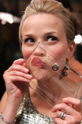 L\'actrice Reese Witherspoon laisse un baiser bien rouge sur un plexiglas lors d'un événement de charité à Beverly Hills, en 2006. | 1 mars 2011