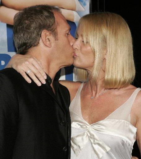 L\'actrice Nicollette Sheridan et son amoureux, le chanteur pop Michael Bolton, s\'embrassent sur le tapis rouge à la première du film «Over Her Dead Body», à Los Angeles. | 1 mars 2011