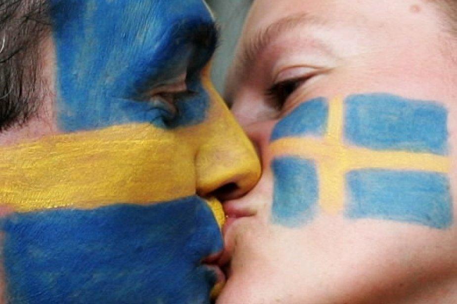 Des fans de soccer suédois affichent leurs couleurs et leur amour lors d'un match de la coupe du monde 2006 opposant la Suède au Paraguay, à Berlin. | 1 mars 2011