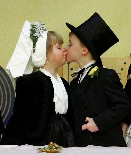 Le «marié» Maurice (à droite) embrasse la «mariée» Lenka lors de la traditionnelle cérémonie du «mariage des oiseaux», célébrant la fin prochaine de l\'hiver, à Cottbus, en Allemagne. | 1 mars 2011