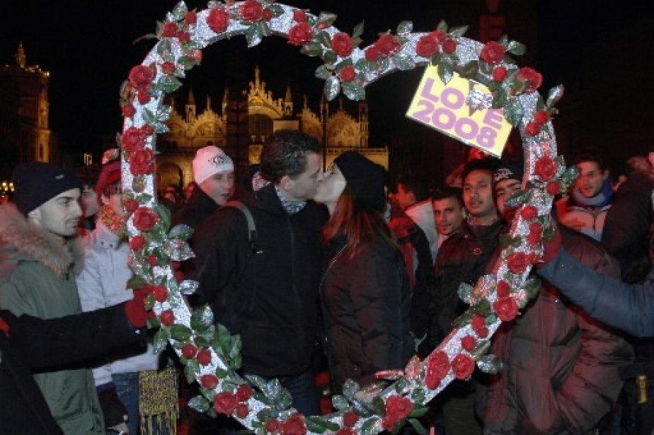 Un couple s\'embrasse sous les feux d'artifice sur la place St-Marc, à Venise. Les organisateurs de l\'événement «Love 2008» ont affirmé que 60 000 personnes se sont embrassées simultanément sur la célèbre place italienne. | 1 mars 2011