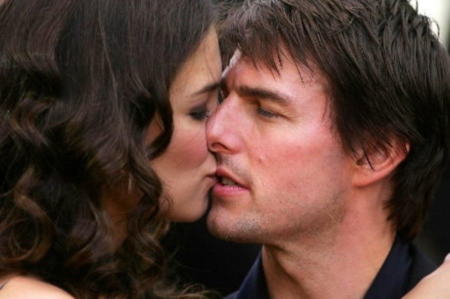 L\'acteur Tom Cruise a embrassé Katie Holmes à son arrivée sur le tapis rouge du film «War of the Worlds», à Londres, quelques jours seulement après sa très médiatisée demande en mariage, en 2005. | 1 mars 2011