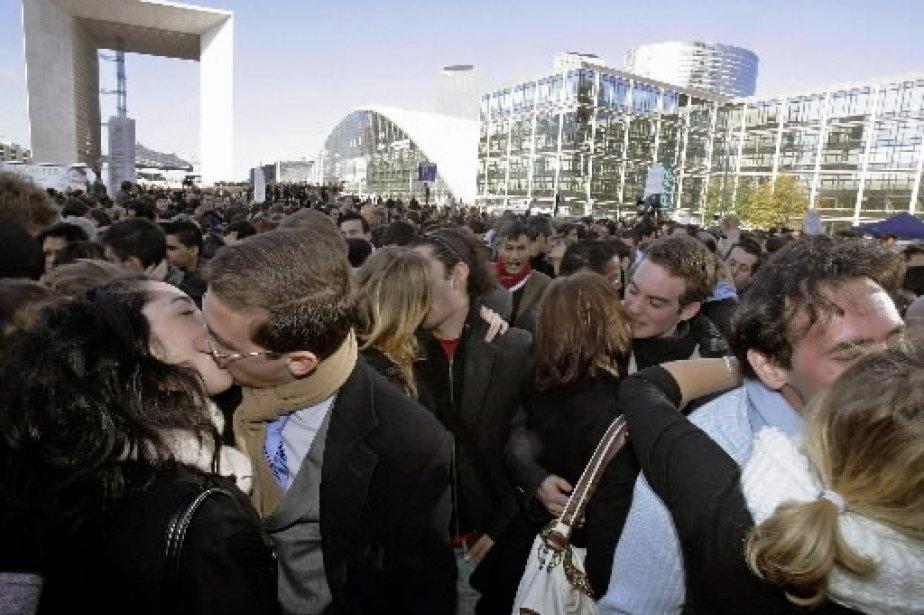 À Paris, sur l\'esplanade de La Défense, 1188 personnes ont tenté de battre le record du plus grand nombre de baisers simultanés, le 9 novembre 2006. | 1 mars 2011