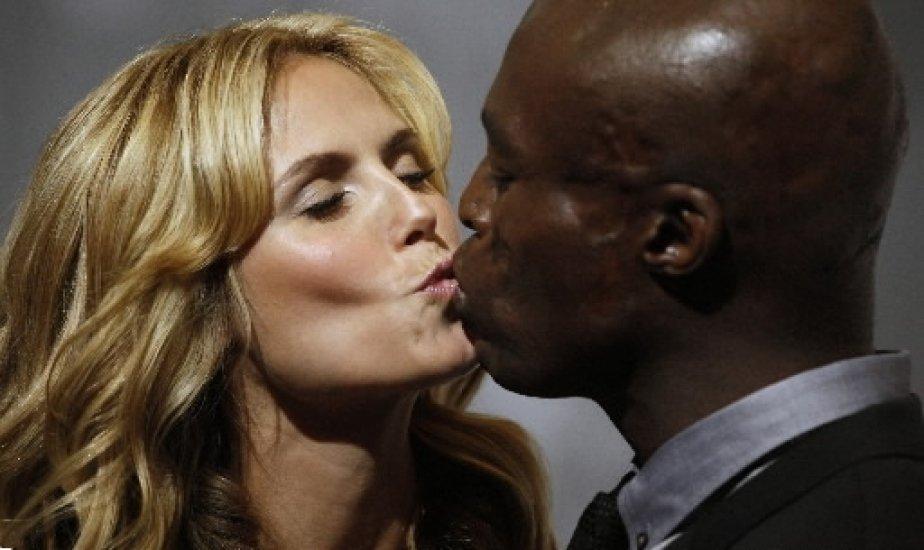 La top-modèle Heidi Klum et son mari le chanteur Seal échangent un baiser lors d\'un événement promotionnel à Berlin. | 1 mars 2011