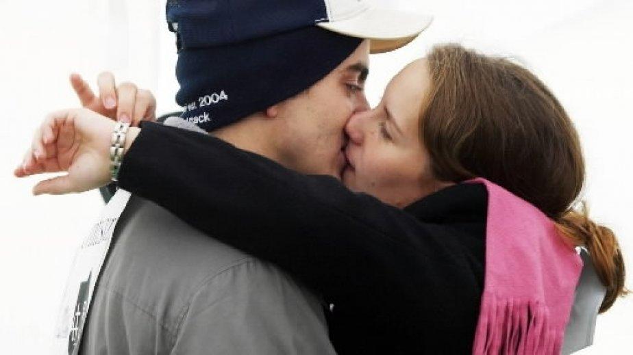 Amy Heath regarde sa montre alors qu\'elle et son amoureux John Szado s\'apprêtent à battre un record Guinness après un long baiser de 31 heures, à Thorold, en Ontario. | 1 mars 2011