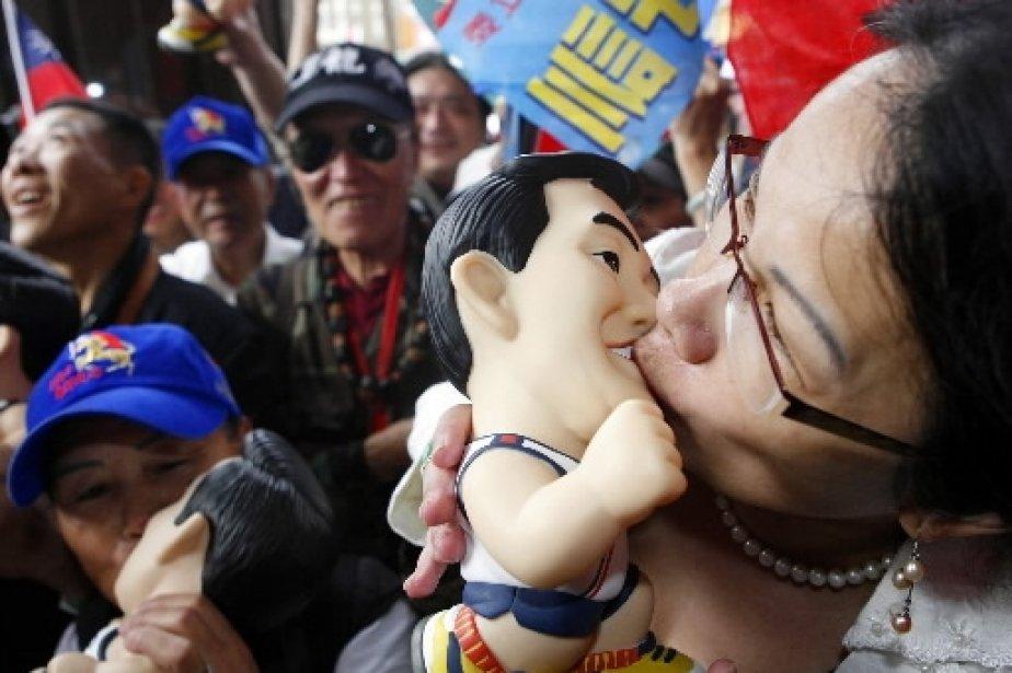 Cette sympathisante du candidat du parti socialiste taïwanais Ma Ying-jeou embrasse sans retenue une statue à son effigie, à Taipei. | 1 mars 2011