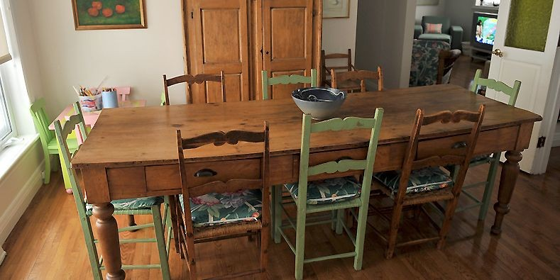 La table réfectoire en pin que semblent surveiller... (Photo Patrice Laroche, Le Soleil)