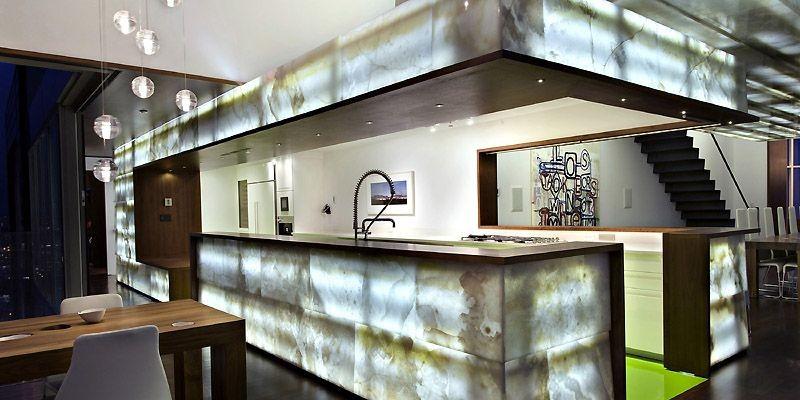 Les murs d'onyx rétroéclairés de cette maison de... (Photo The New York Times)