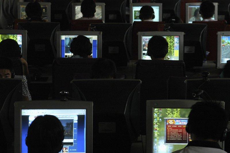 Des internautes dans un café en Chine... (Reuters)