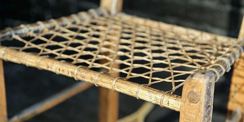 Une chaise en babiche remodelée par l'artiste montréalaise... (Photo fournie par Volume2)