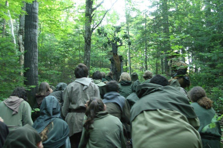 Les forestiers de Tarkasis en révérence devant l'Homme-arbre, venus les aider la veille dans leur combat contre les hordes de gobelins. | 1 mars 2011
