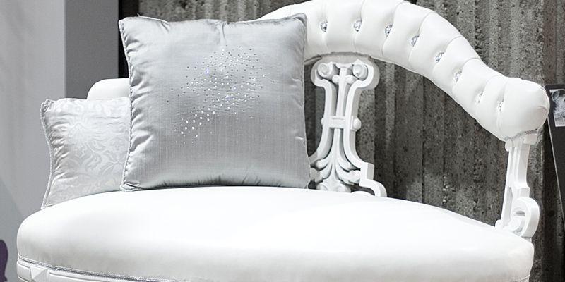 Coussin brodé de cristal et sofa serti du... (Photo Alexis Melançon, Le Soleil)