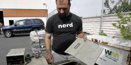 Divers organismes reprennent les vieux ordinateurs.... (Photo Reuters)