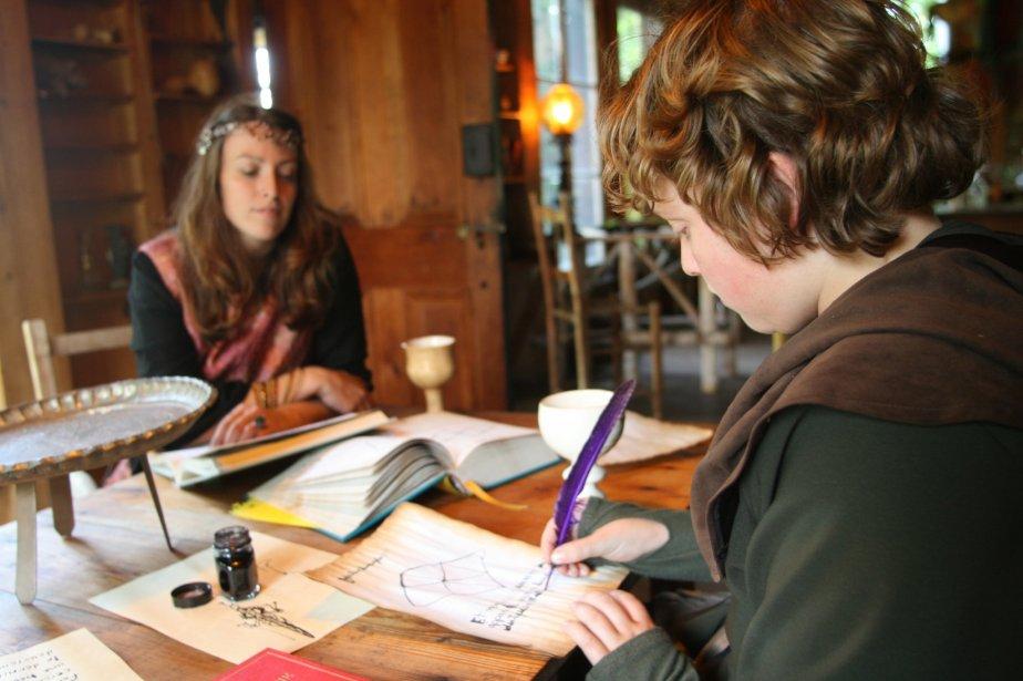 L'alchimiste Nellia (à l'arrière-plan) est l'un des nombreux personnages ressources sur qui les jeunes peuvent compter pendant leur séjour au Sanctuaire. En tout, ce sont plus de 25 animateurs qui encadrent les 40 participants pendant leur séjour de 48 heures. | 1 mars 2011