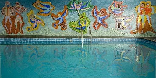 Une murale d'Alfred Pellan décore la piscine intérieure.... (Photo David Boily, La Presse)