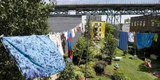 Dans la coopérative Au-pied-du-courant, les logements construits il... (Photo Robert Skinner, La Presse)