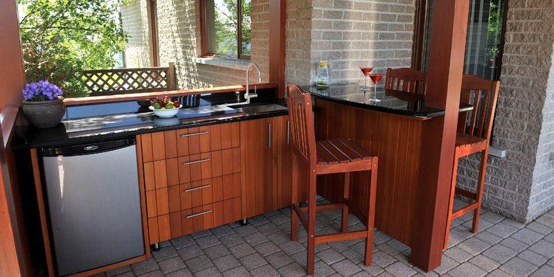 Une cuisine dans la cour isabelle houde cour - Table cuisine avec rangement ...