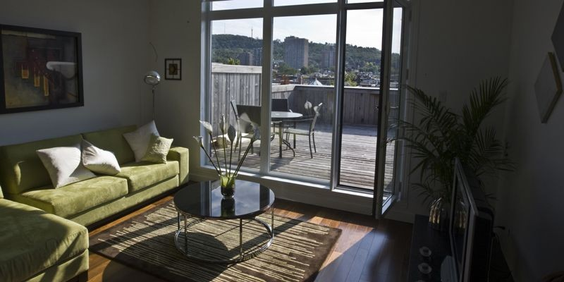 L'une des deux terrasses privées offre une vue... (Photo Rémi Lemée, La Presse)