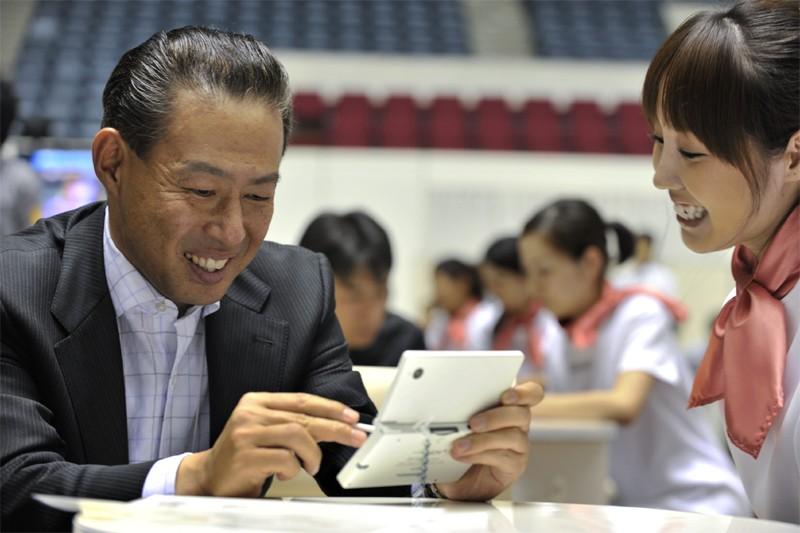 Un homme essaie la console DSi de Nintendo... (Bloomberg)