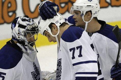 Le gardien des Maple Leafs, Vesa Toskala, et... (Photo: AP)