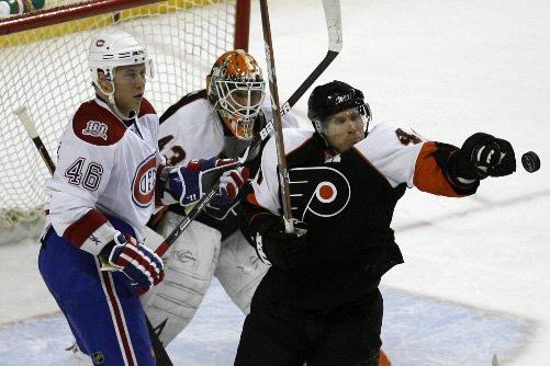 Le défenseur Kimmo Timonen arrête la rondelle devant... (Photo: Reuters)