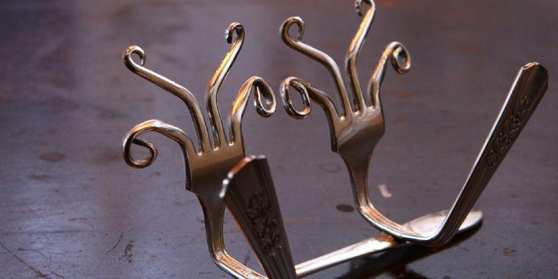 Bruno Laliberté transforme des fourchettes en porte-serviettes.... (Photo Laetitia Deconinck, Le Soleil)