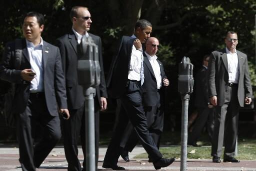 Des gardes du corps escortent le candidat démocrate... (Photo: Reuters)