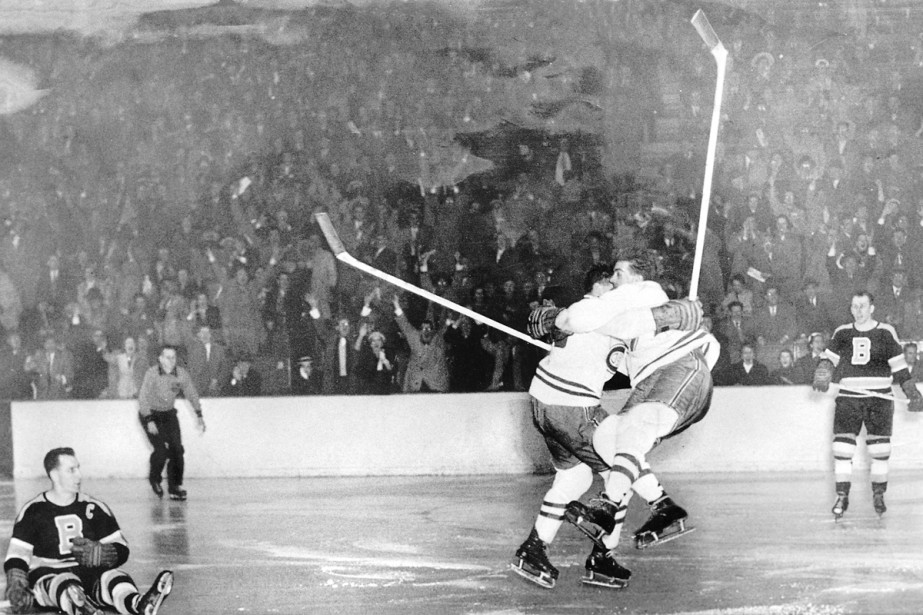 Elmer Lach et Maurice Richard célèbrent la victoire... (Photo: Archives La Presse)