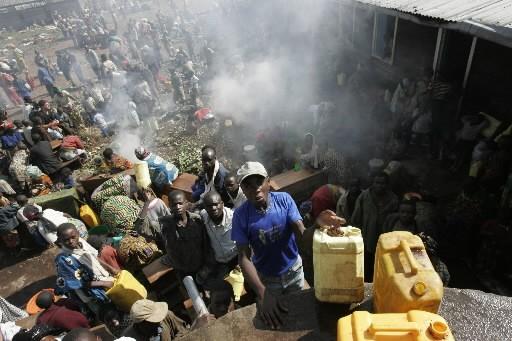 Des milliers de civils continuaient mardi à fuir les combats dans... (Photo: AP)