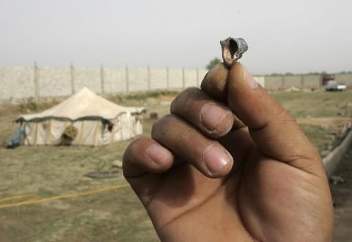 Un homme tient une balle au lendemain d'un... (Photo: AP)
