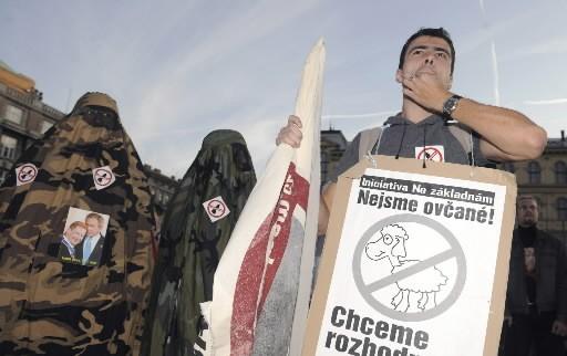 Des Polonais protestent contre le radar antimissile américain.... (Photo: AFP)