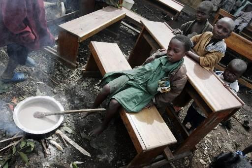 Des enfants attendent leur repars dans une école... (Photo: AP)