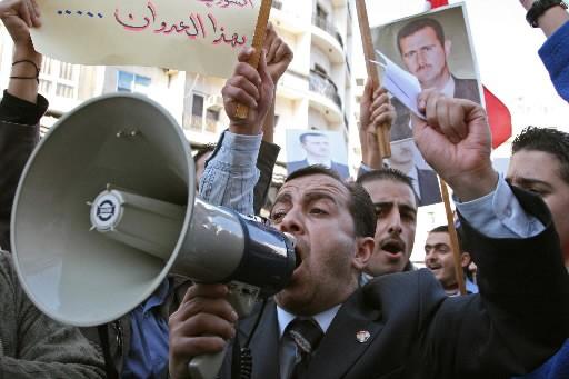 Des milliers de personnes ont manifesté jeudi à Damas contre... (Photo: Reuters)
