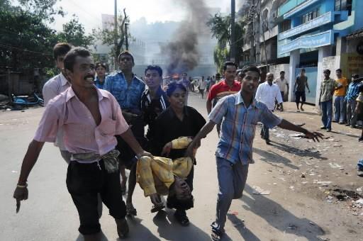 Des Indiens transportent un homme victime d'un des... (Photo: AFP)
