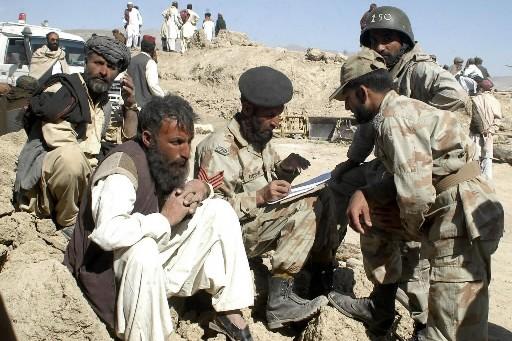 Des Pakistanais affectés par le séisme donne leur... (Photo: AP)