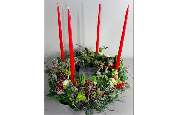 Un ensemble surmonté de quatre bougies rouges.... (Photo: Le Soleil)