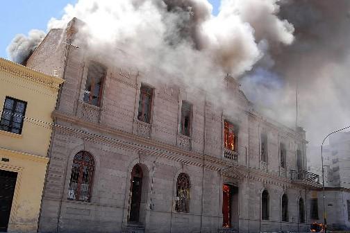 Plusieurs milliers de manifestants en colère ont incendié jeudi le... (Photo AFP)