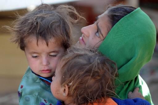 Une femme et ses deux enfants.... (Photo: AFP)