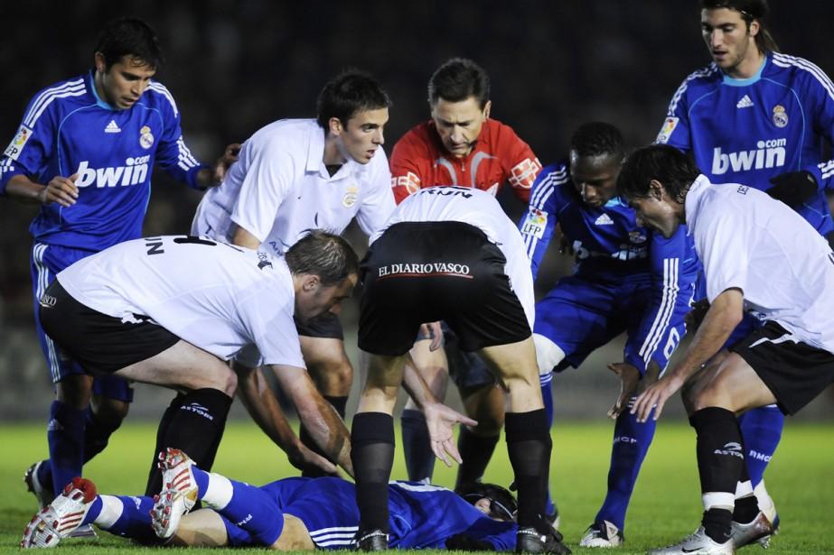 Les joueurs des deux équipes viennent en aide... (Photo: AP)