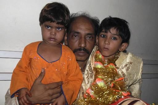 Les deux enfants et le père de la... (Photo: Reuters)
