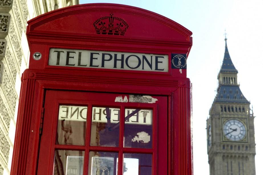 Une cabine téléphonique rouge de Londres... (AP)