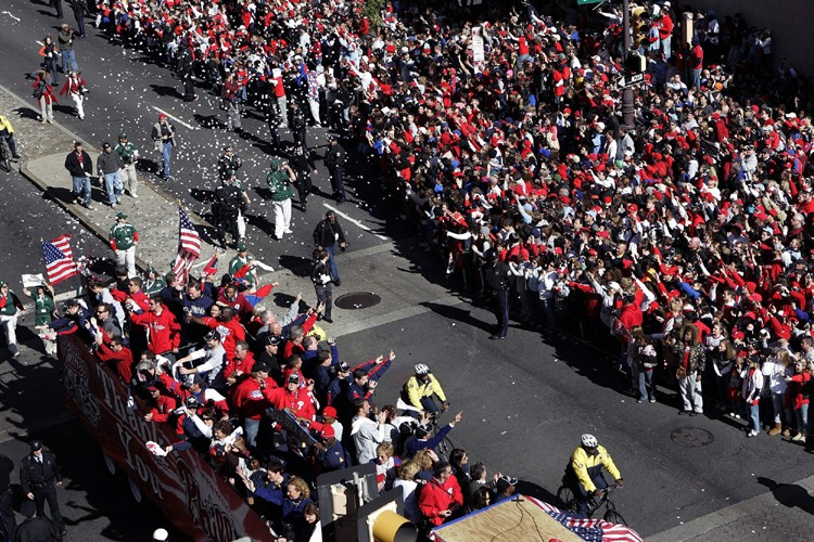 La foule aux couleurs rouges et blanches occupait... (Photo: AP)