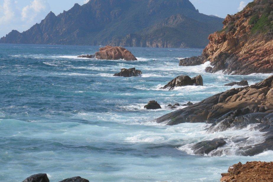 Près du village de Porto, entre Calvi et Ajaccio, la mer se déchaîne quand le vent souffle et rejette son écume sur un littoral déchiqueté. | 1 mars 2011