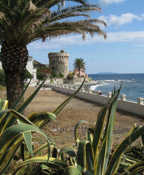 La tour génoise de Miomo, au Cap corse, permet d'admirer une plage de galets de laquelle était jadis exporté le minerai de fer à destination de l'Italie. | 1 mars 2011