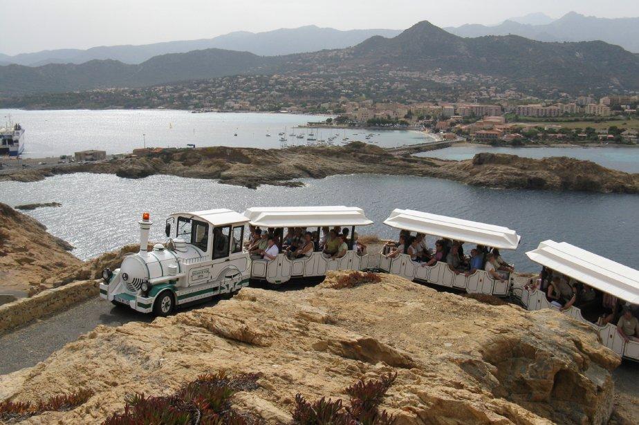 Le petit train automobile de L'Île Rousse permet de faire le tour de la ville et de monter au phare de la Pietra, malheureusement fermé, pour une ballade agréable mais impressionnante. Avis aux coeurs fragiles... | 1 mars 2011